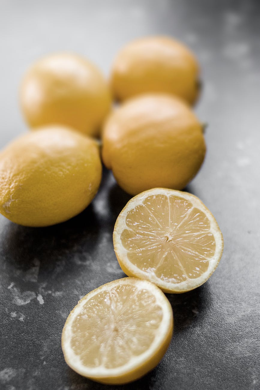 shallow focus photography of sliced lemon